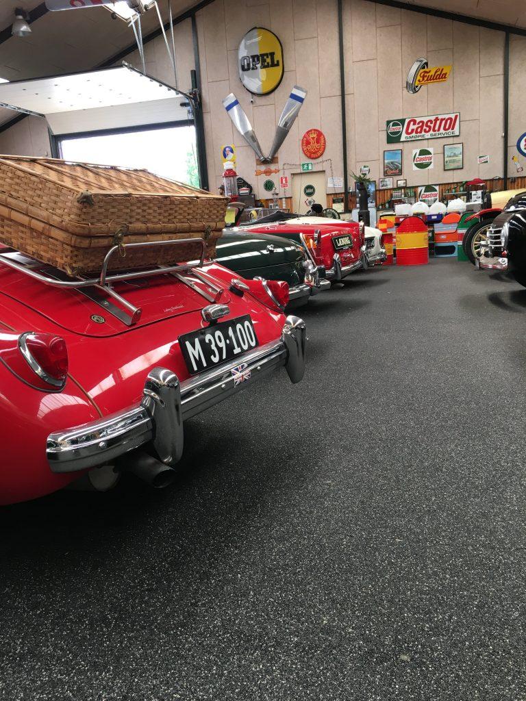SuitRace på besøg hos Læborg Autohandel til en snak om veteranbiler